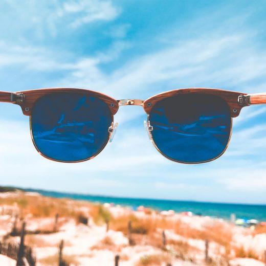 gafas de sol y el cielo