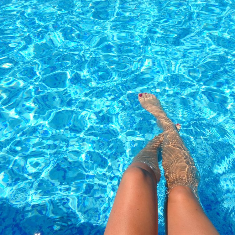 piernas en agua caliente