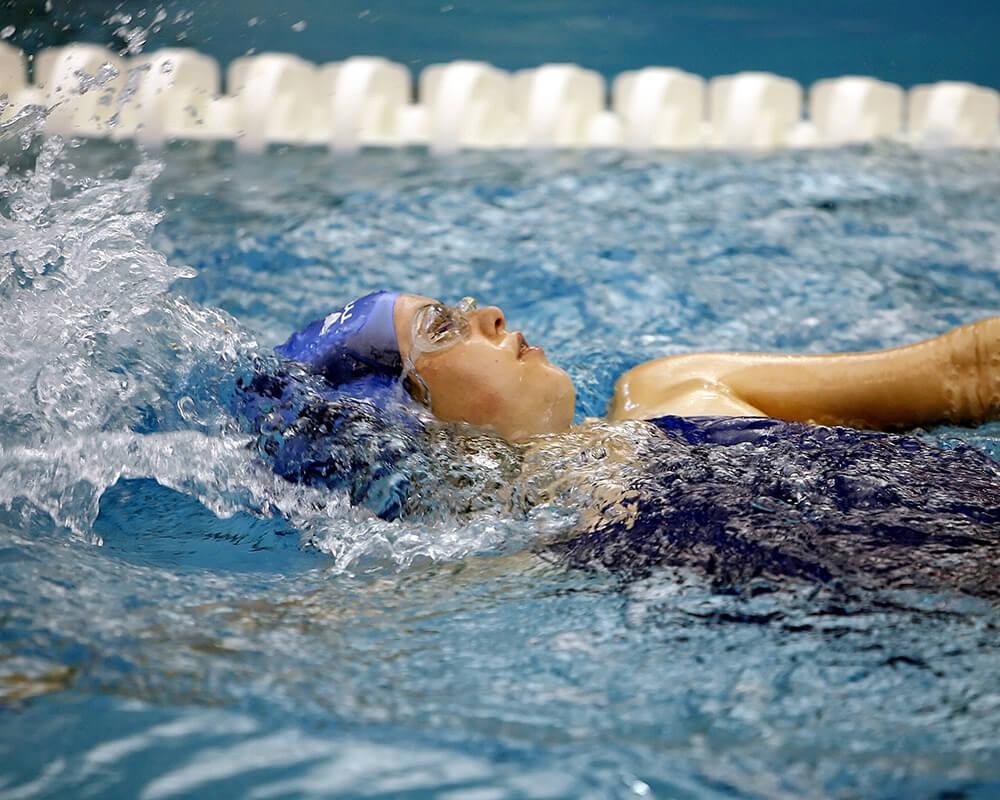 Nadadora nadando de espalda